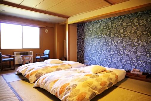 和室10畳 布団ベッド2組  バス・トイレ付