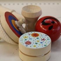 【懐かしおもちゃ製作体験】木製のけん玉やヨーヨー、コマ等の懐かしのおもちゃに絵付ができます。