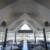 """【レストラン""""ラ・ピーナ""""】湖を一望できる全面ガラス張りのレストランです。"""