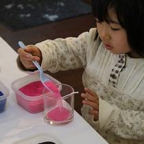 ジェルキャンドル製作体験は小さなお子様でも簡単に作る事ができます。