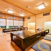 *【レストラン】日本庭園を窓から眺めながらゆっくりお食事をとられてください。