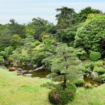 *【景観】洋室・和室から見た日本庭園です。緑あふれる自然を眺めながらのんびりとお寛ぎいただけます。