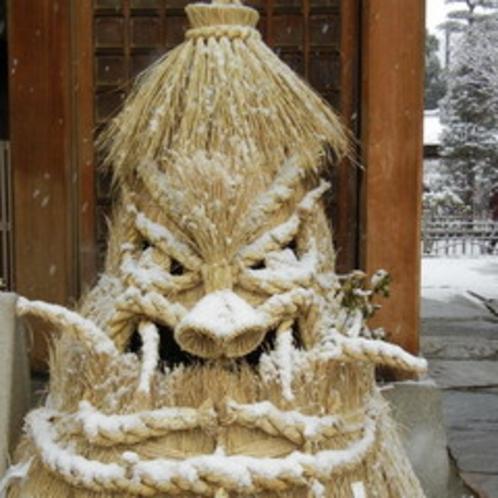 <湯屋守様> 昼神温泉の冬の風物詩 各旅館前で睨みをきかせます