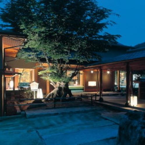 <玄関前の夜景> 静かな夕暮れが温泉街を包み込みます
