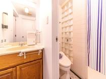 SUNSET CABIN(203号室)Aルーム専用シャワー・トイレ・洗面所