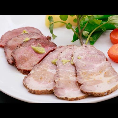 当館のディナー一例の2種のお肉料理☆お口の中で旨味がジュワーッと♪