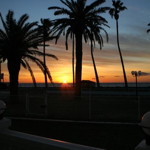 夕暮れ時には当館の目の前の海に沈む夕日を眺めることが出来ます。
