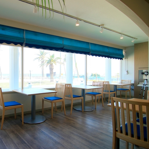 レストランの外はまるで南国の景色♪ リゾート気分でお過ごしください。