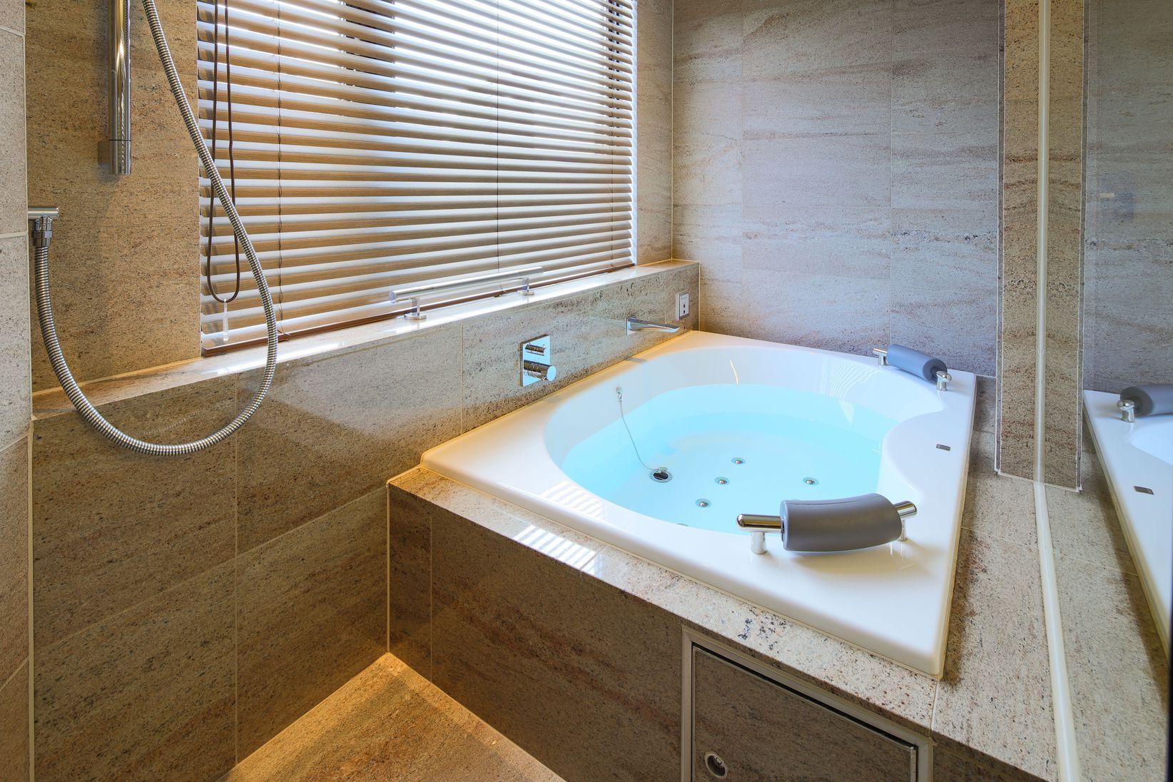 スイートルームのジャグジー付きお風呂