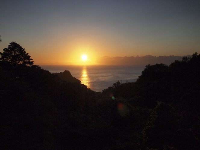 夕陽の沈む海