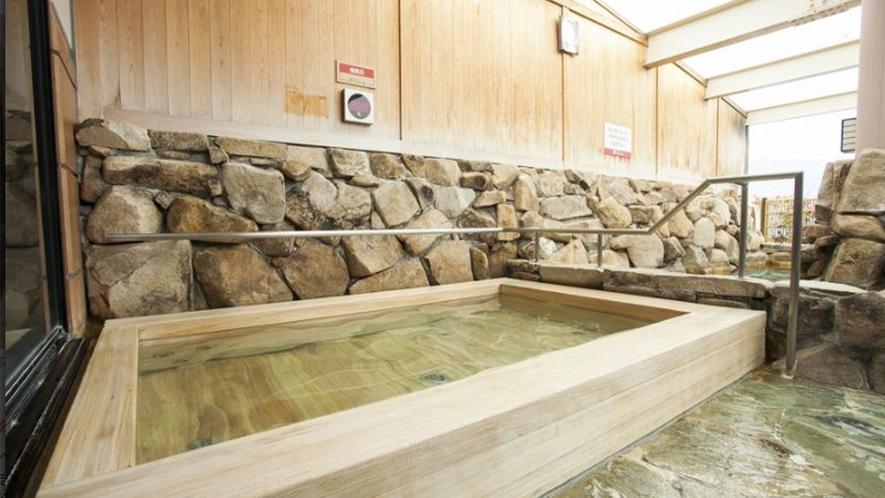 【べにまんさくの湯】檜風呂
