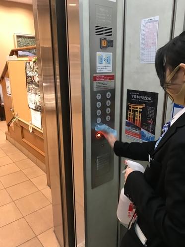 定期的にエレベーターのボタンやフロント備品を消毒しています。