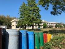 広い校舎は青空に映えます