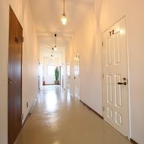 白を基調とした落ち着いた雰囲気の館内です。