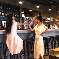 併設されたCafe&Barにて約100種類のドリンクを提供しております。