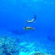 青く澄んだ沖縄の海でマリンアクティビティを楽しむ♪
