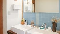 *共用洗面所/2面の洗面台、石鹸、綿棒