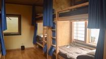 *男女混合ドミトリー/10畳の洋室に4台の二段ベッド