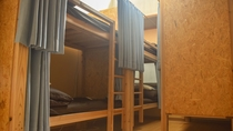*女性専用ドミトリー/7畳の洋室に3台の二段ベッド