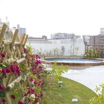 ブーゲンビリアが綺麗な庭園を演出