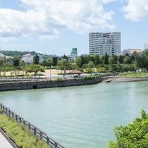 ホテルは川沿いに立地しております