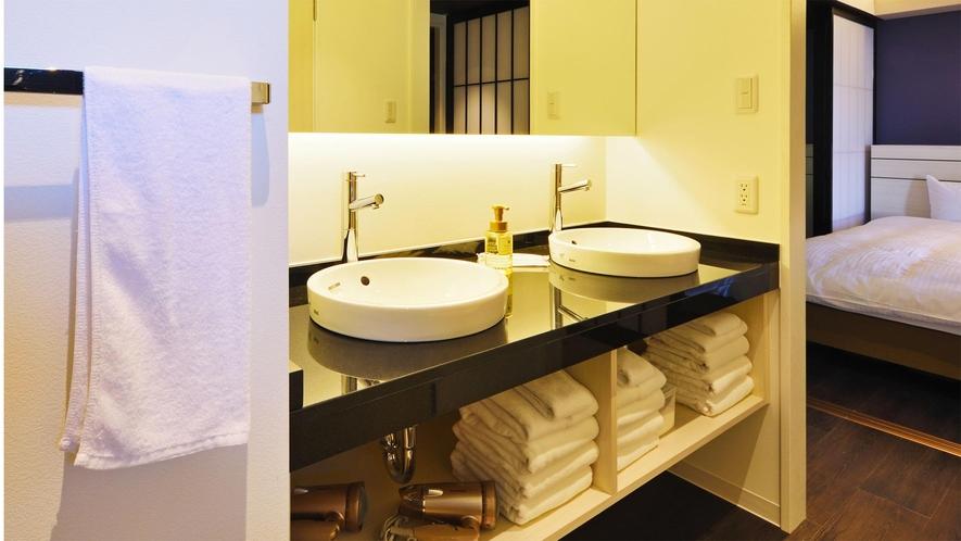 【客室一例】2台の洗面台で身支度を心地よくスムーズに