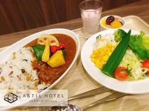 <1Fレストラン・roomcafe>40品目以上ある朝食バイキング・2種類ある朝カレーが人気。