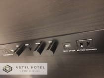<客室>便利なUSBポート付きベットボード集中コントロール