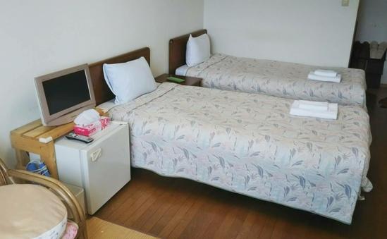 別館2階、3名部屋和洋室、ベッド2台と布団1枚。