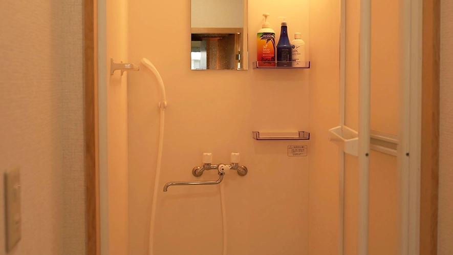 ・共用シャワールーム/ボディーソープ、シャンプー、コンディショナー完備