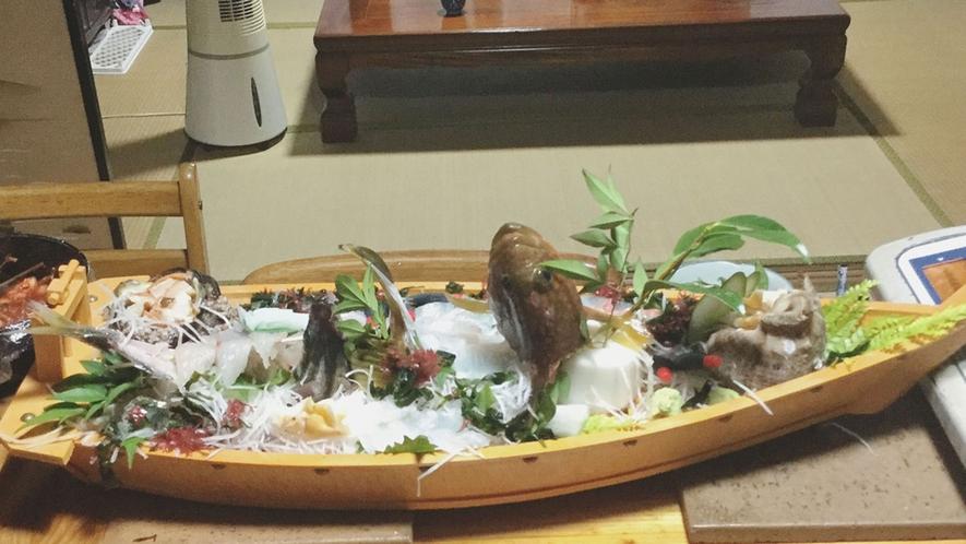 ・夕食/新鮮な魚介の舟盛り、追加料金で承ります