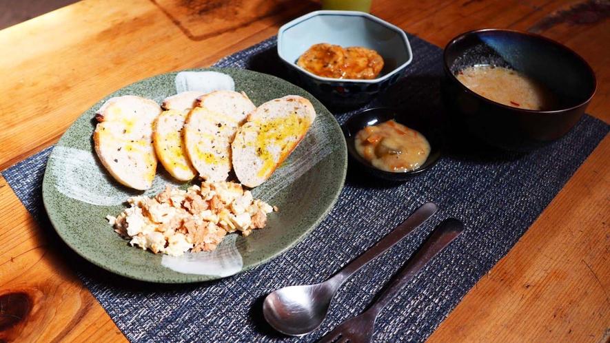 ・<洋朝食>パンやスクランブルエッグ風のお豆腐など、洋食の朝ごはんもございます。