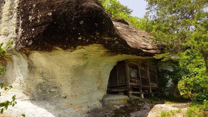 ・弘法岩屋。岩の間にあるお寺は圧巻!眺めも最高です。
