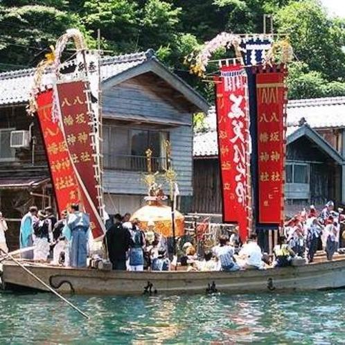 伊根祭り。約300年の伝統をもち、会場での安全や大漁、五穀豊穣への願いを託します。(7月下旬)
