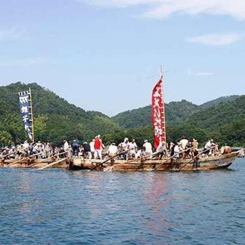 おべっさん。海の安全と豊漁を祈願し、楽器の音に合わせて祭礼船で競争(こばりあい)します(8月20日