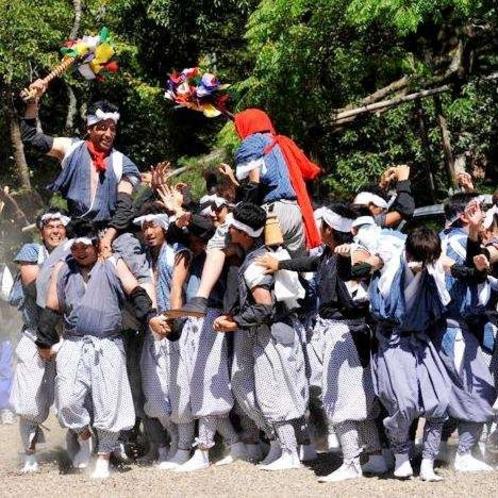 本庄祭り。約1200年続く祭りで、本祭では浦嶋神社へ勇ましく晴れやかな太刀振りなどを奉納。(8月上旬