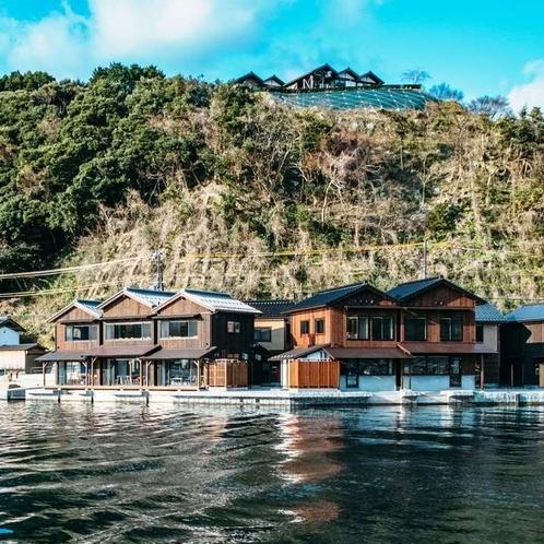 伊根の散策拠点となる観光交流施設「舟屋日和」。自家製ケーキが楽しめるカフェ、鮨割烹があります。