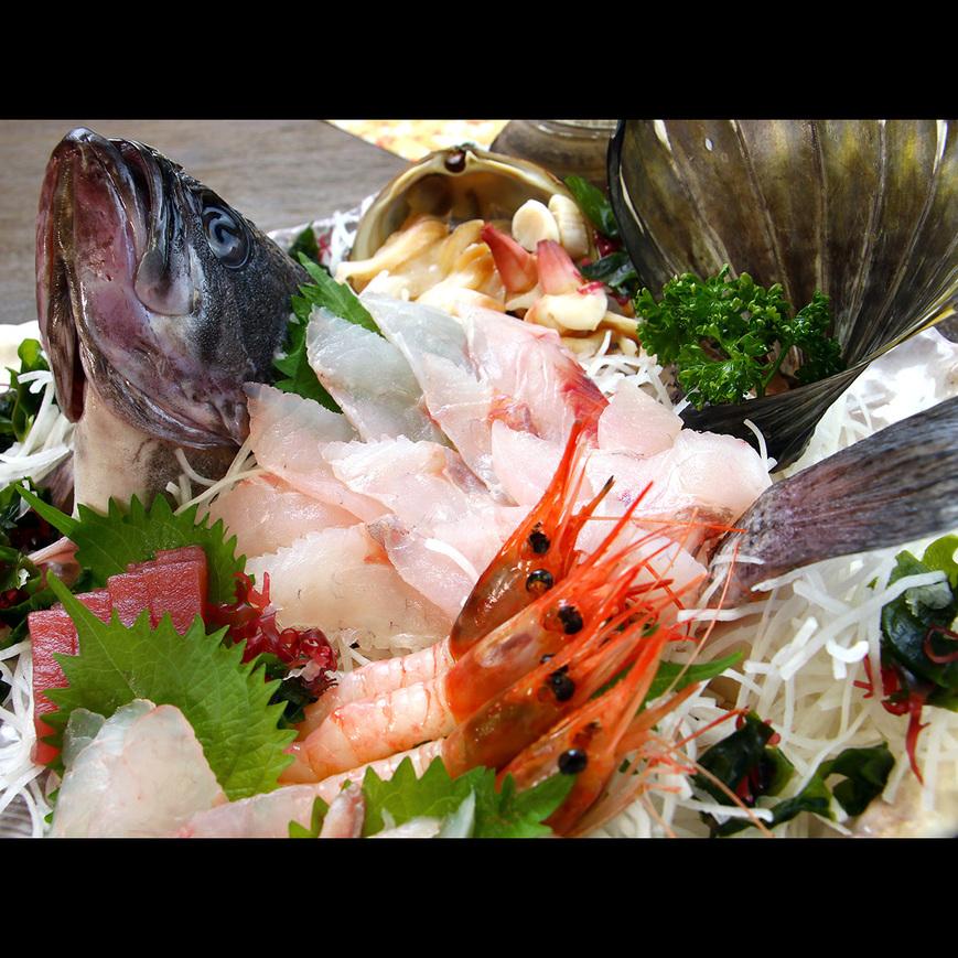 直前まで活きていた獲れたての魚を姿造りで・・・ハッカクなどの他では食べられない代物も!