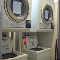 コインランドリーは2台ずつございます。フロントにて、洗剤1個40円で販売しております。