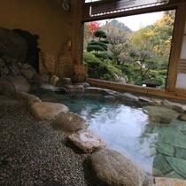 貸切風呂「夕鶴の湯」。鶴霊泉自慢の庭園を眺めながら、のんびりとお入りください。