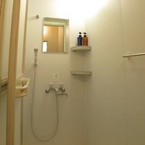 *男女共用のシャワー室を完備。シャンプー&リンス常備しております。