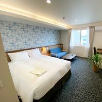 広々27㎡のダブルベッド・お風呂とトイレは別々。枕のそばにコンセントもあります。Wi-Fiも無料利用