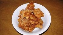 【周辺】中津からあげ:はにんにくを効かせた辛めの味付けで醤油ベースのタレに鶏肉をしっかり漬け込む!
