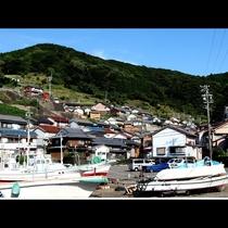 小さな漁村の田舎の雰囲気が心地よいと評判です 。
