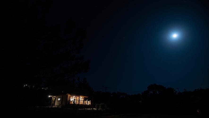夜のコテージ/満月の日には幻想的な風景が目の前に広がる