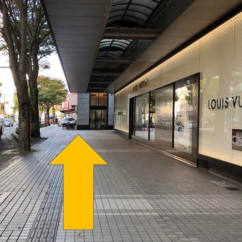 金沢駅からのアクセス〜(4)バス停名「香林坊」で下車。ルイヴィトンを右に見ながら、徒歩で約2分直進。