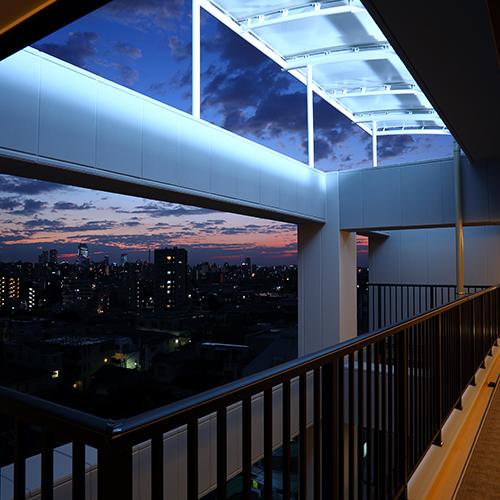 上層階の通路からきれいな夕焼け