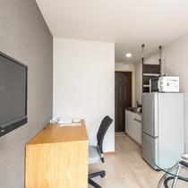 全室ミニキッチン・冷蔵庫・電子レンジも完備し、まるでご自宅にいるかのような快適な空間です。