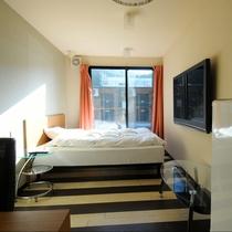 ダブルルーム:広々ダブルベッドを完備。すっきりとコンパクトながら快適な機能性を重視したお部屋です。