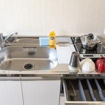冷蔵庫・電子レンジ・IHコンロ・調理器具・食器類など、簡単な自炊に対応するミニキッチン完備。